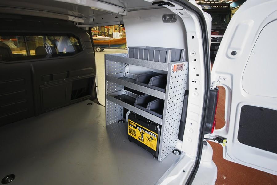 Montiertes H-BASIC in einem VW Caddy nah ansiecht.