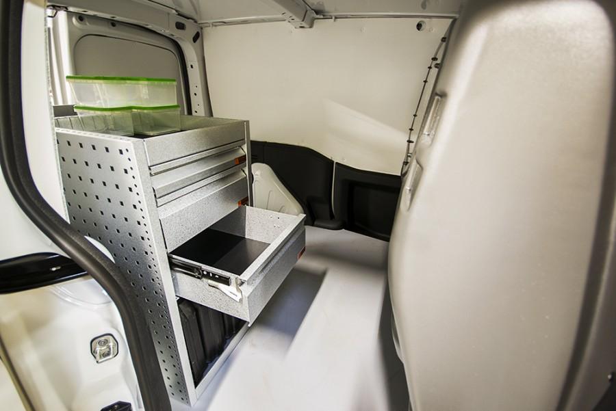 H-SD3M Fahrzeugregal für VW Caddy mit geöffneten Schublade.