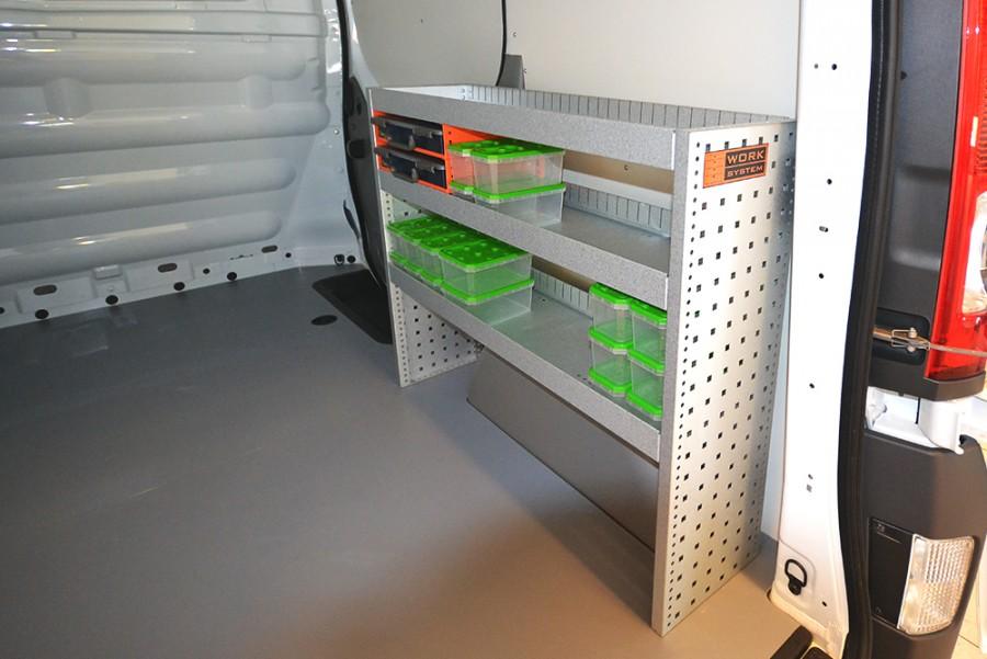 Verbautes H-SS2 Fahrzeugregal mit zwei Sortimentskästen für Caddy Maxi.